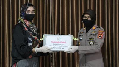 Peduli, Ketua Bhayangkari Cabang Bone Serahkan Bantuan ke Personel Polres Bone