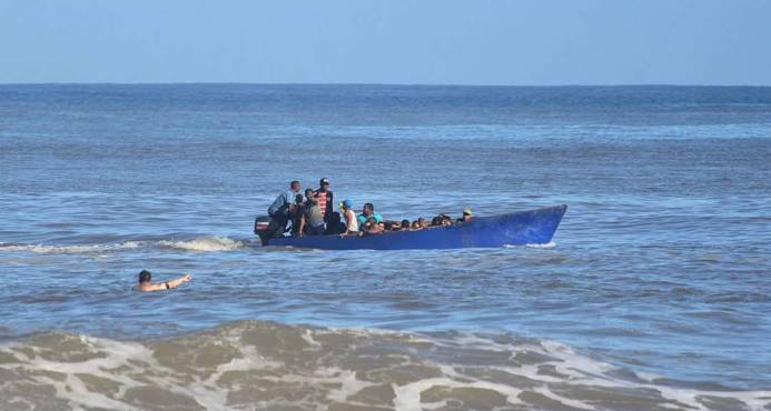 Detienen a 40 indocumentados dominicanos y haitianos iban en yola a Puerto Rico