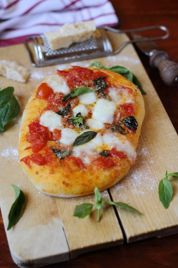 Pizza semi integrale con pomodori del pendolo e mozzarella di bufala