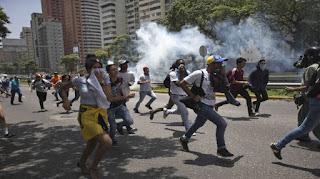 Los manifestantes marchaban en protesta por la decisión del Tribunal Supremo de derogar las funciones del Parlamento