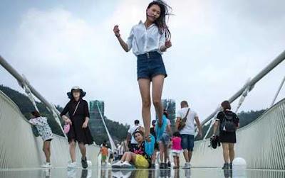Inilah Jembatan Kaca Terpanjang di Dunia, Hayo Siapa Yang Berani Datang ke Tempat Ini?