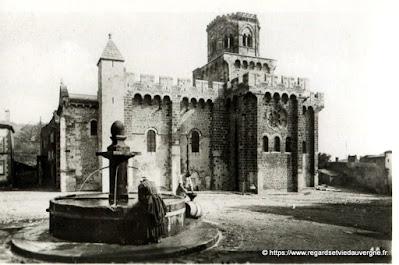 Vue de Royat, hier,  noir et blanc Royat, église fortifiée construite au XIe siècle.