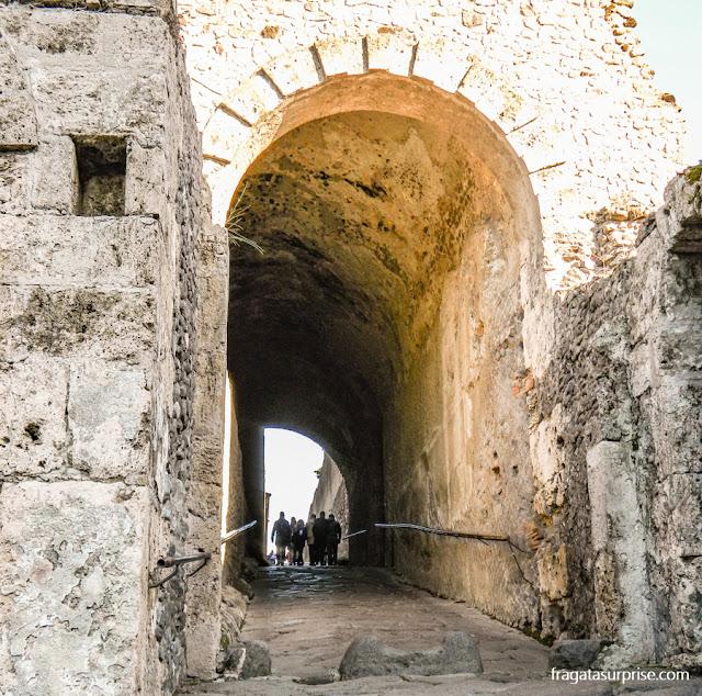 Túnel de acesso às ruínas de Pompeia