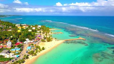 Vue aérienne de la ville et la plage de Sainte Anne - Guadeloupe
