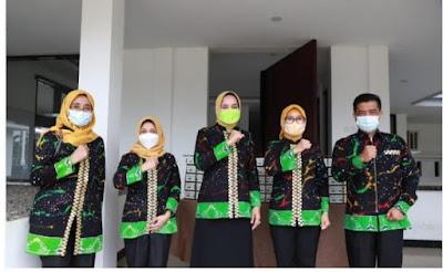 Riana Arinal Bagikan Ribuan Nasi Kotak Selama Ramadhan