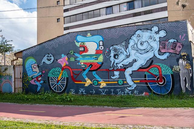 Grafite retratando caracteres de cartoon andando de bicicleta