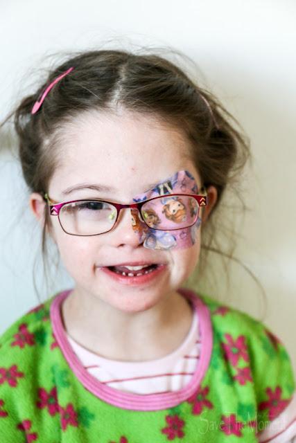 Jolina (Down Syndrom, 8) mit Brille und abgeklebtem Auge, gegen schielen