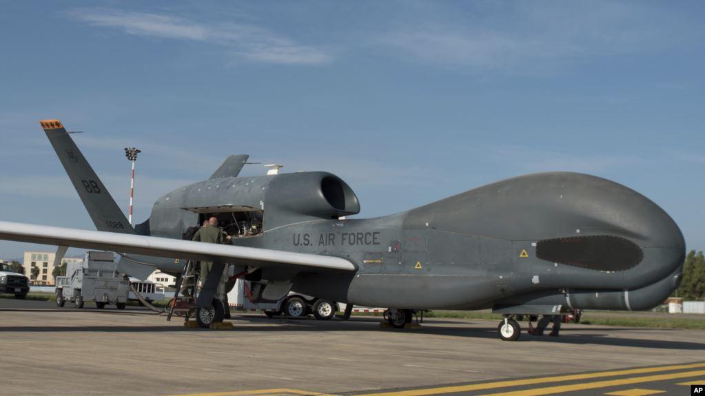 El derribo del dron estadounidense -un avión no tripulado de enormes dimensiones- sobre el Estrecho de Ormuz provocó acusaciones cruzadas entre Estados Unidos e Irán sobre quién era el agresor y avivó las tensiones entre ambas naciones / AP