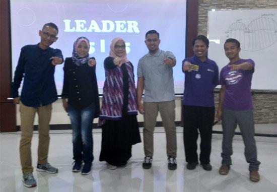 LEADER : Para Leader didaulat maju ke depan panggung untuk memberikan semangat, motivasi dan inspirasi kepada para peserta MEET and GREET 2019 yang hadir memenuhi ruangan Aula Magister HUKUM UNTAN.  Foto Asep Haryono