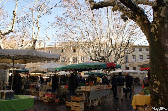 La Place Aux Herbes di Uzès durante il giorno di mercato
