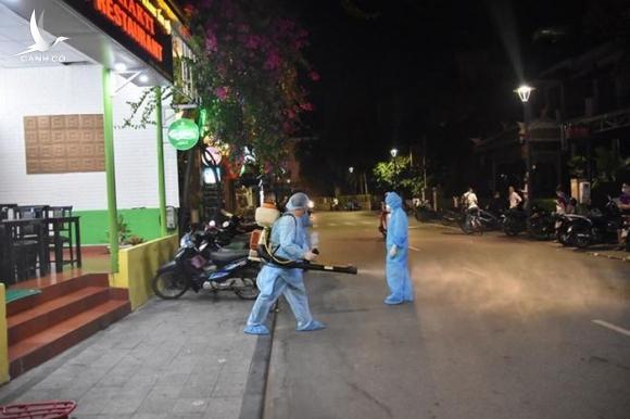 5 người tiếp xúc gần bệnh nhân nhiễm Covid-19 thứ 30 của Việt Nam có dấu hiệu ho, sốt