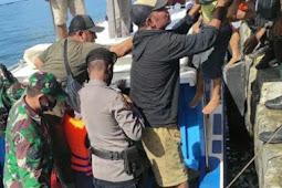 TNI Bantu Evakuasi Korban Kapal Terbakar di Malut