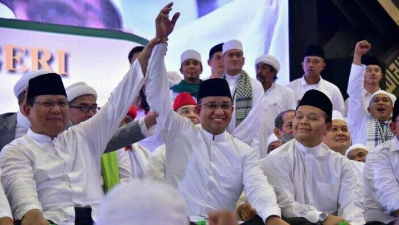 Prabowo mengangkat tangan Anies Baswedan