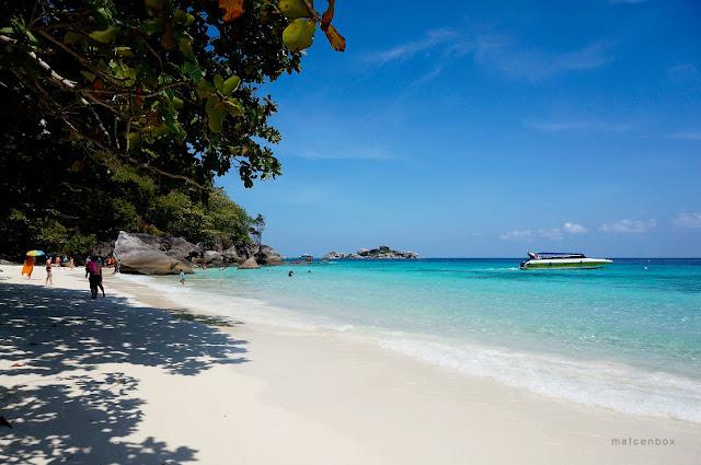 หาดเล็กเป็นที่นิยมของนักท่องเที่ยวเนื่องจาก เงียบสงบ นอนอาบแดด เล่นน้ำได้ดี มีพระอาทิตย์ขึ้นที่งดงามสามาถมองเห็นเกาะอื่นๆ มีจุดชมปูไก่ ที่หาดูได้ยาก
