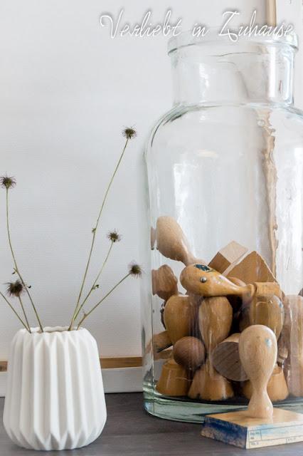 Stempel im Glas, davor weiße Vase mit Rillenstruktur von Hübsch Interior
