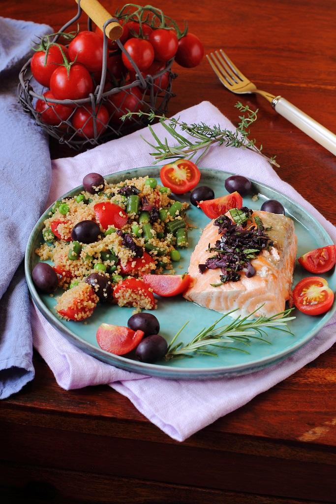 Cous cous con verdure ed erbe aromatiche e trancio di salmone al forno con pesto di olive nere