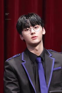 Foto cute Minhyun dengan kacamata