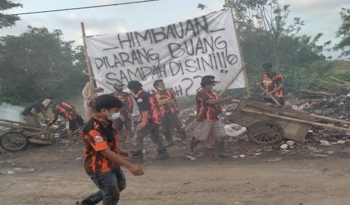 Peduli Lingkungan, PAC PP Carenang Gotong-royong Bersihkan Sampah di Desa Teras