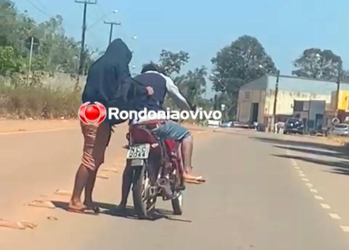 CRIMINALIDADE: Vídeo mostra bandidos roubando motocicleta em plena luz do dia