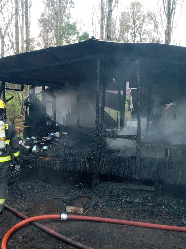 Incendio deja sin hogar a familia en sector rural de Río Bueno