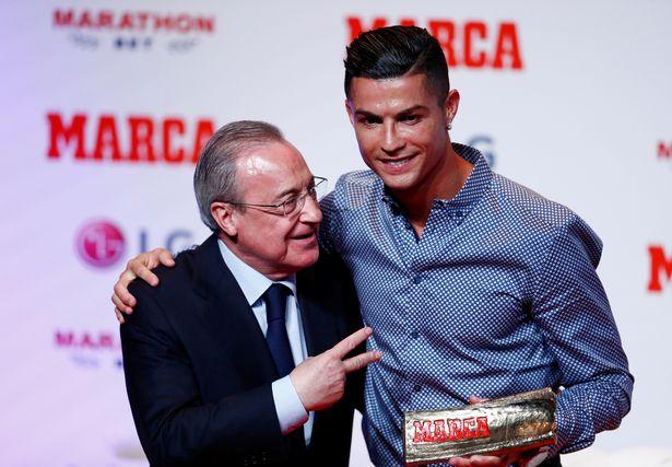 Роналду вручили приз «Легенда» от Marca. На награждении был Перес