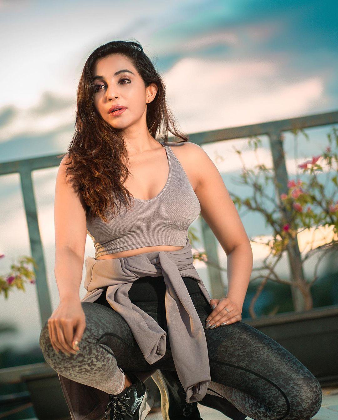 Actress Parvati Nair Latest Hot Photos & Stills