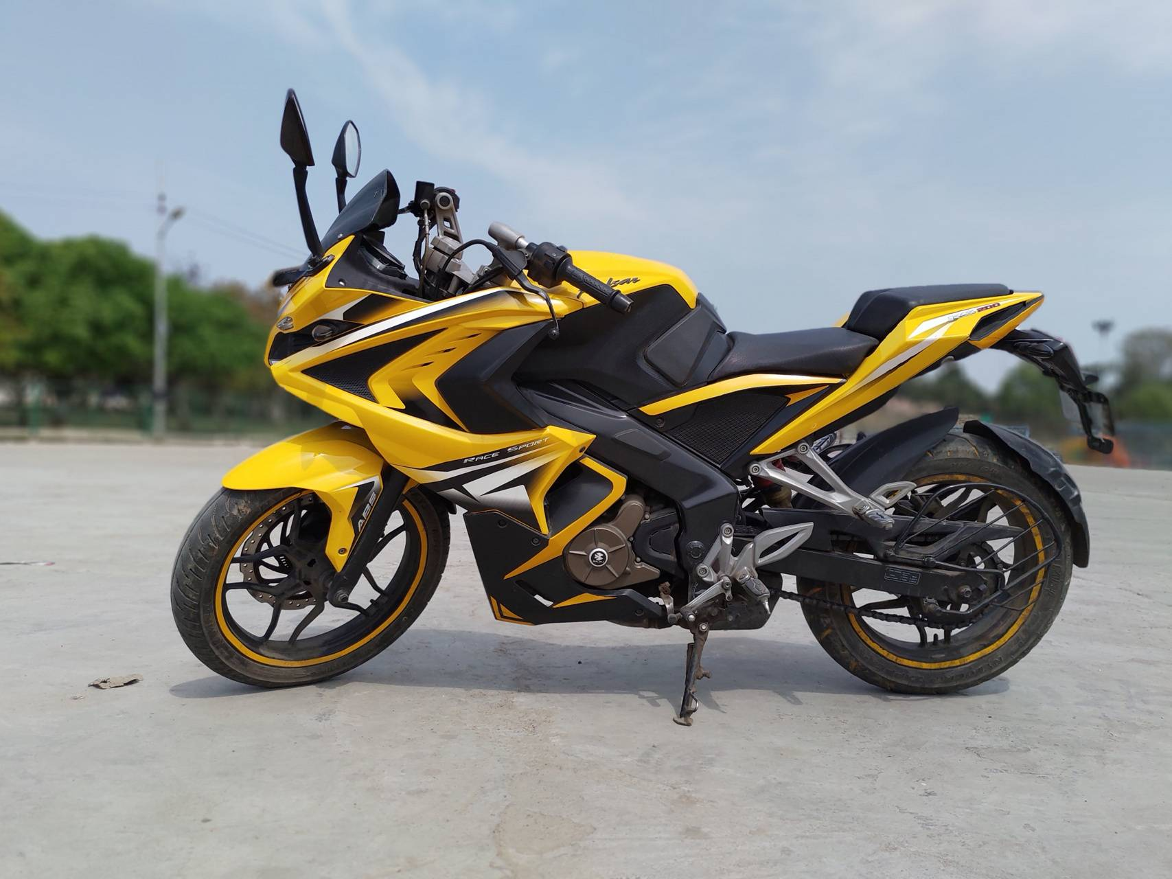 Bajaj Pulsar RS 200 Price, Mileage, Specifications, Colors, Top Speed and Service Schedule