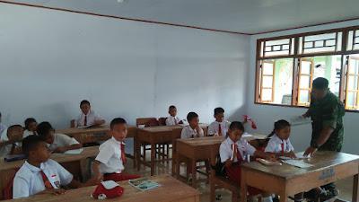 Peduli pendidikan di Pulau Miangas, Babinsa Koramil 1312-07/Miangas Mengajar di SDN Miangas