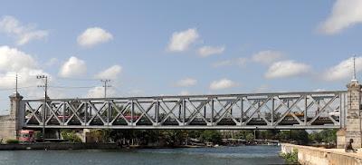 Kuba, Matanzas, Stahlkonstruktion der Puente Calixto Garcia über den Rio St. Juan, darauf Fahrzeuge und Fußgänger