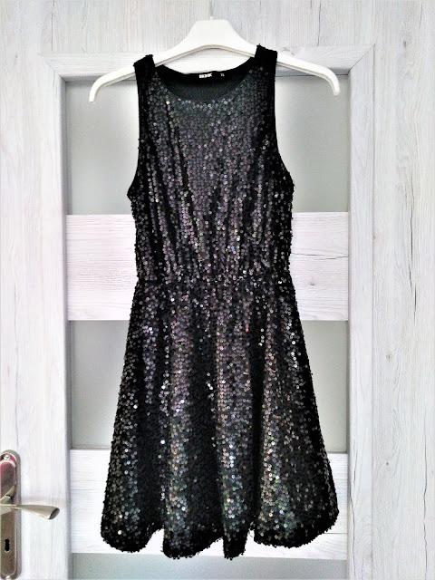 czarna-sukienka-rozkloszowana-z-cekinami