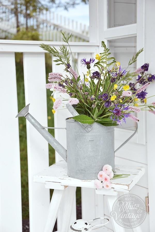 Blumendeko für das Gartenhaus.