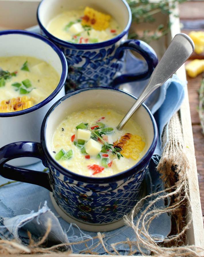 Sopa de maíz dulce asado presentado en tazas