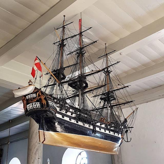 Urlaub auf Fanø mit Kindern: 12 Ausflugstipps für das wunderschöne Sønderho. Die Schiffe in der Kirche von Sönderho auf Fanö sind eine Attraktion des Ortes.