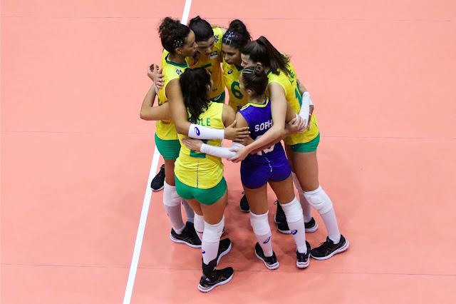 Brasileiras comemoram vitória na estreia do Mundial sub-18 feminino de vôlei