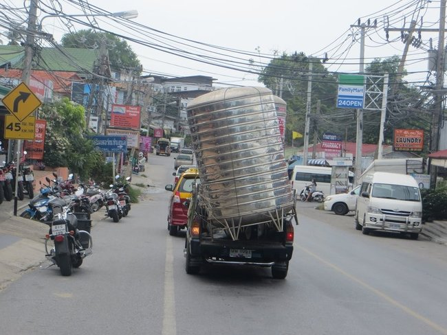 Пикап перевозит огромную тестерну