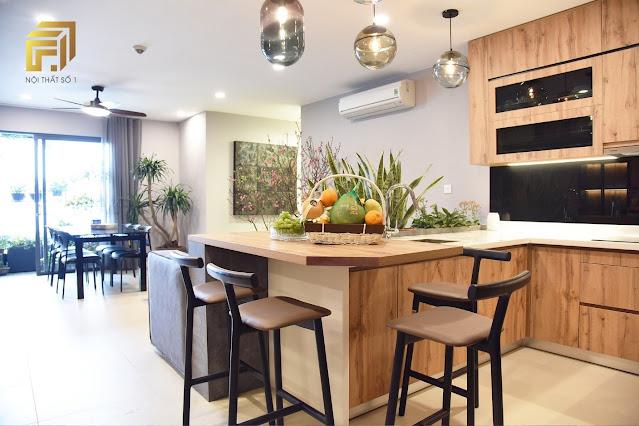Phòng bếp và phòng khách liên thông được xử lý khéo léo.