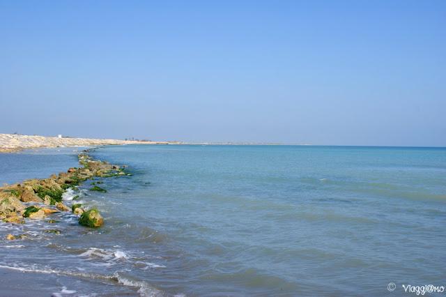 La costa lungo la diga di Les Saintes Maries de la Mer