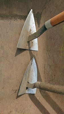 画像下のがお気に入りの三角ホー。 画像上の三角ホーの形状との違い。