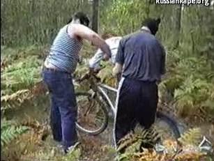 Video Bokep Perkosaan Diperkosa 2 Bandit Ketika Bersepeda Tersesat Di Hutan