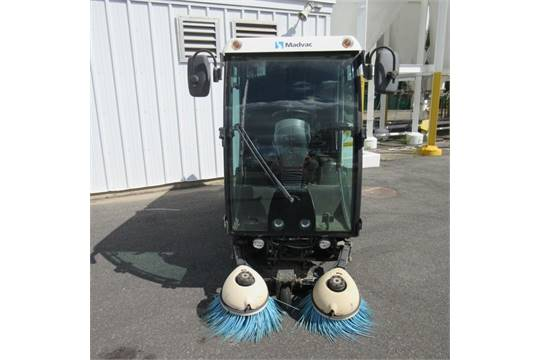 مكنسة الشوارع والطرق الكبيرة   madvac cn100  الامريكية   MadVac Model CN100 Compact Street Sweeper , Diesel Engine; Joystick Control; Enclosed Cab w/ Air Conditioning, Heater & Defrost; Back Up Camera; Head Lights & Tail Lights; AM/FM CD Stereo; Built In Power Washer