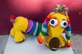 muñeco del perro arcoiris