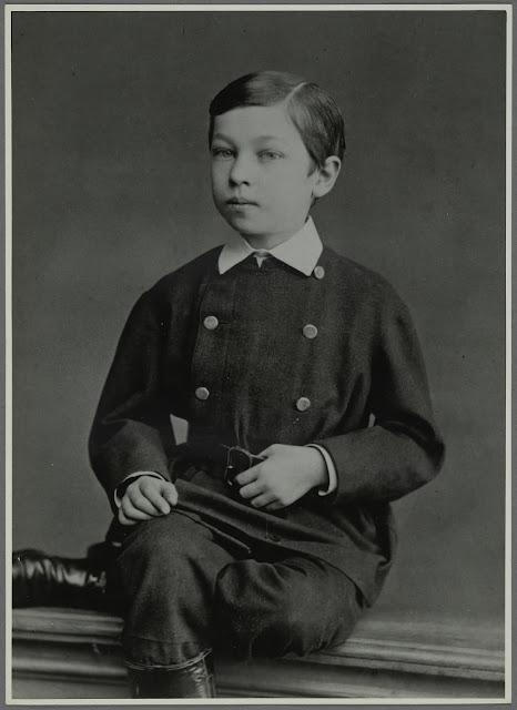 Der junge Kandinsky. Möglich gemacht haben diese Einblicke in Kandinsky's Familie und Kindheit die Sammlung von Nina Kandinsky, die sie dem Centre Pompidou zur Verfügung gestellt hat.