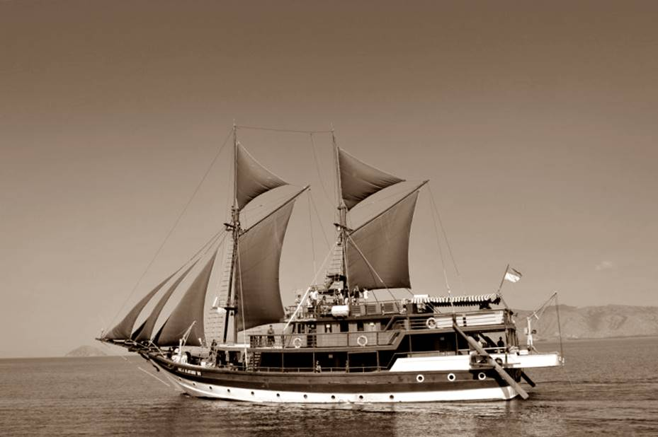 Bentuk kapal pinisi asli Sulawesi Indonesia