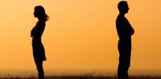 çifti i kthen kurrizit njëri-tjetrit në mbrëmje