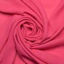 O crepe é um tecido maleável muito usado na confecção de saias, vestidos e blusas. Possui bom caimento que pode variar com o tipo de crepe escolhido.
