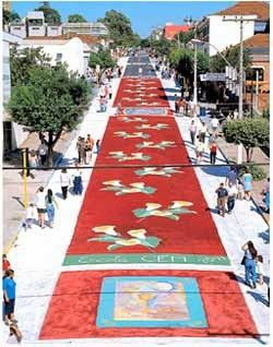 A imagem mostra um lindo tape colorido uma grande obra de arte religiosa onde o artista expressa sua fé.