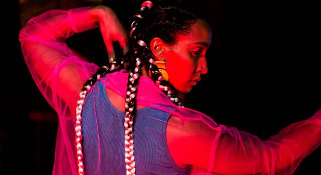 "Seleminga, Anna de son prénom, aborde des thèmes forts avec son EP ""Curvas Peligrosas""."