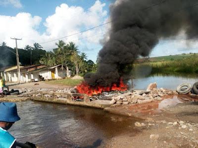 Revoltante: Alguns populares de Caaporã fazem protesto e acabam destruindo a ponte do rio pitanga em Cupissura