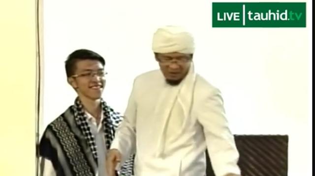 Masuk Islam di Depan Ribuan Jamaah, Alex Samuel Dihadiahi Aa' Gym Surban