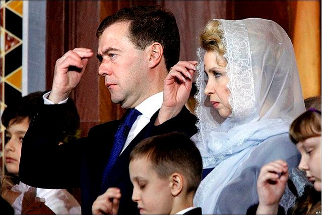 семья и близкое окружение Медведева тоже попадают под эту категорию, для которой «денег нет»?